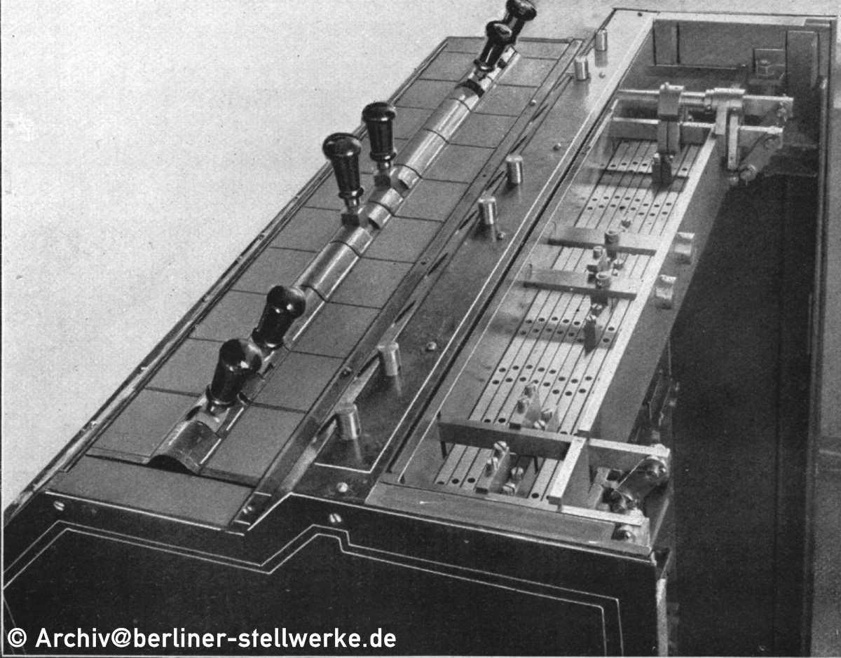 http://www.berliner-stellwerke.de/images/Bauformen/AEG/AEG-Hebelwerk-Mechanische-Abhaengigkeiten-Draufsicht.JPG