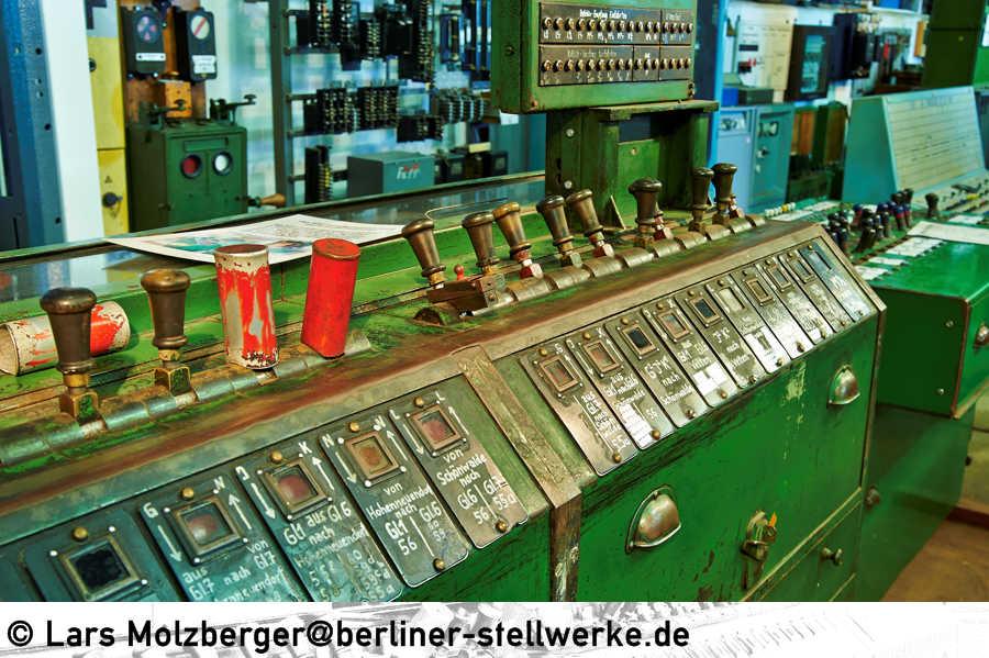 http://www.berliner-stellwerke.de/images/Bauformen/AEG/AEG-Hebelwerk.JPG