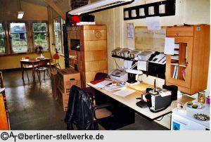 Neben dem Schreibtisch steht immer noch der Kachelofen. Juli 2002 AT