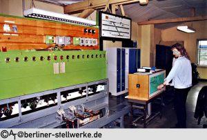 Im Juli 2002 sind die Emailleblockschilder verschwunden und durch Pappschilder ersetzt. Rechts die Anpassung an das ESTW. Foto AT
