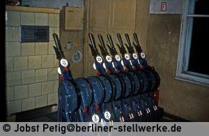 Die verbliebenen Weichen-, Riegel- und Gleissperrsignalhebel. 3. März 1990 . Foto Jobst Petig