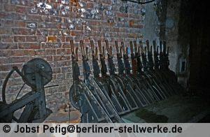 Im Spannwerksraum lagerten die abgebauten Signal- und Weichenhebel. Wer die wohl mitgehen ließ? 3. März 1990 . Foto Jobst Petig
