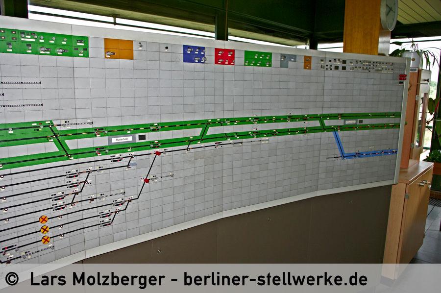 Nördlich des S-Bahnsteigs Marienfelde sieht man zwei angedeutete Weichen. Diese wurden nicht mehr eingebaut, als feststand, dass die BVG die S-Bahn übernimmt. 10. Juni 2010. Foto Lars Molzberger