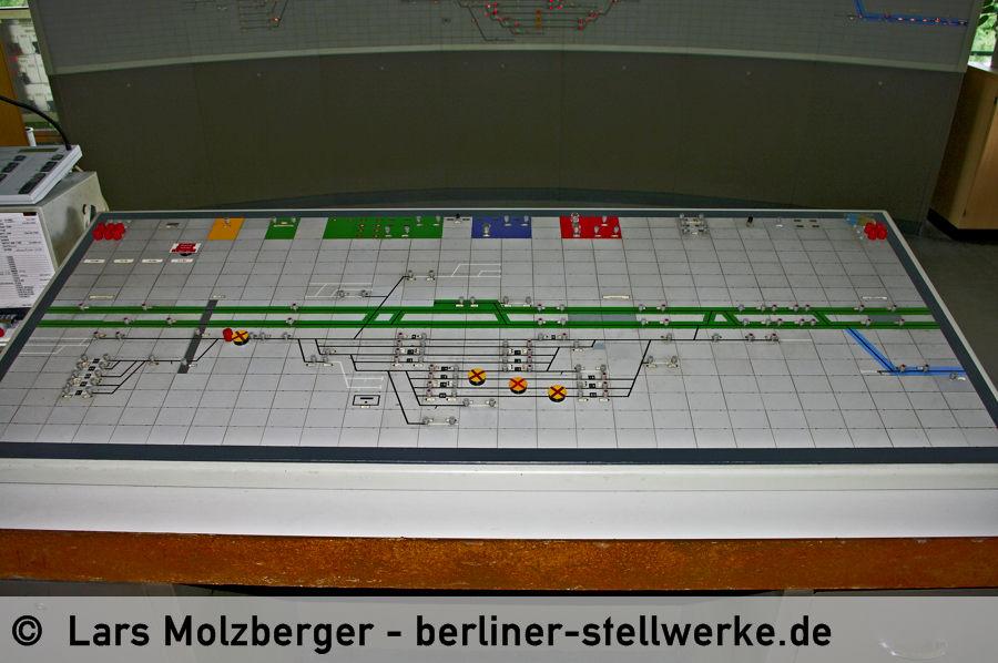 Für die Regelbedienungen muss der Fahrdienstleiter nicht an die Panoramatafel. 10. Juni 2010. Foto Lars Molzberger