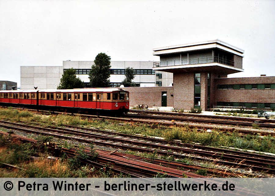 Das neue Stellwerk Marienfelde 1981. Die Jalousien dienten wohl Siemens als Sichtschutz vor ungewollten Einblicken. Foto Petra Winter