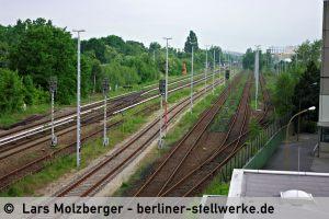 Der Güterbahnhof Marienfelde wird nur noch sporadisch genutzt. Links die überwucherten Anlagen der ehemaligen Militärbahn. 10. Juni 2010. Foto Lars Molzberger