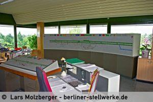 Bedientisch und Panoramatafel. Der Schreibtisch im Bildvordergrund war der Arbeitsplatz des Stellwerksmeisters Mf. 10. Juni 2010. Foto Lars Molzberger