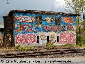 Mit Graffiti beschmiert präsentiert sich am 14. April 2014 das alte Stellwerk Mf. Der Abriss ist beschlossene Sache und nur noch eine Frage der Zeit. Foto Lars Molzberger
