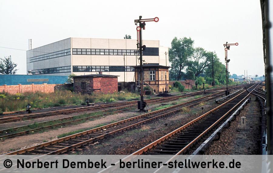 Stellwerk Msb mit Ausfahrsignalen D und E aus der fahrenden S-Bahn fotografiert. Ca. 1977 Foto Norbert Dembek