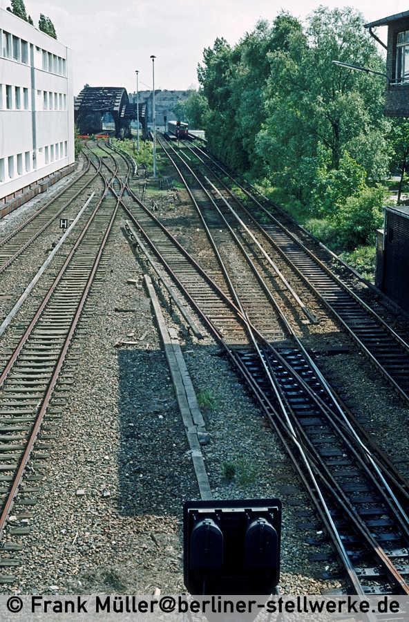 Im Vordergrund steht das SV-Signal 9. Die Gütergleise enden an der Liesenstraßen-Brücke. Foto 1983 Frank Müller