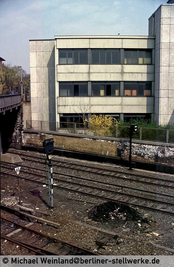 Zwei Jahre (1984)  später hat das Zusatzsignal am Gleissperrsignal 5 scheinbar einen Liebhaber gefunden. Foto Michael Weinland