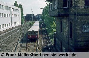 Unzählige S-Bahn-Fotografen haben von der Grenzstraßen-Brücke ähnliche Motive abgelichtet. Zug nach Heiligensee. Foto 1983 Frank Müller