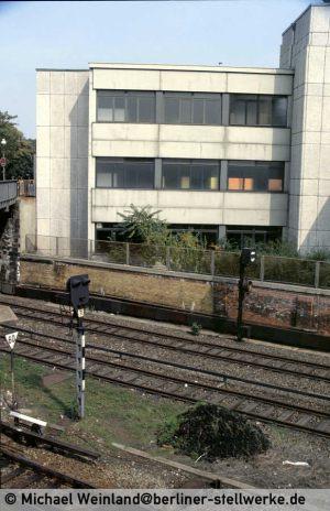 Das Gleissperrsignal 5 war 1982 noch vorhanden. Es deckte den Gleisbereich in Richtung Gesundbrunnen. Die Züge erhielten zur Ausfahrt neben Gsp 1 noch einen schriftlichen Befehl Aa zur Ausfahrt ohne Hauptsignal. Foto Michael Weinland