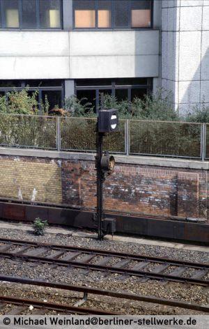 Am Gleissperrsignal 5 war 1982 noch ein Zusatzsignal vorhanden. Erkennbar an dem massiven Lampenkörper. Was zeigte dieses Signal wohl an? Foto Michael Weinland
