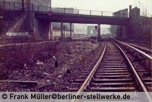 Das Vorsignal W steht heute noch. Das Gleissperrsignal 5 dagegen nicht mehr. Foto 1984 Frank Müller